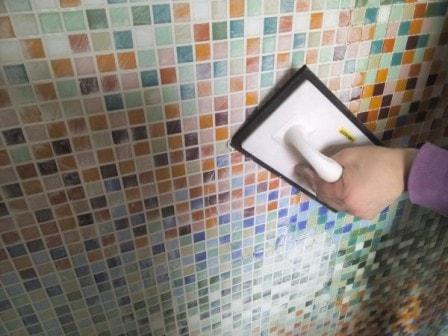 Важные советы о том, как провести монтаж мозаичной облицовки на стены.