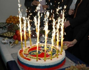 Меленьких холодный фонтан для торта.