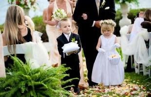 Маленькие дети на свадьбе.