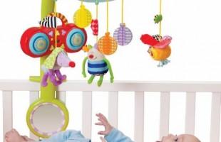 Первые игрушки ребенка: мобили, дуги и подвески.