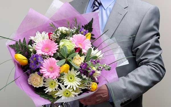 Цветочная доставка для мужчин: тонкости выбора подходящих букетов